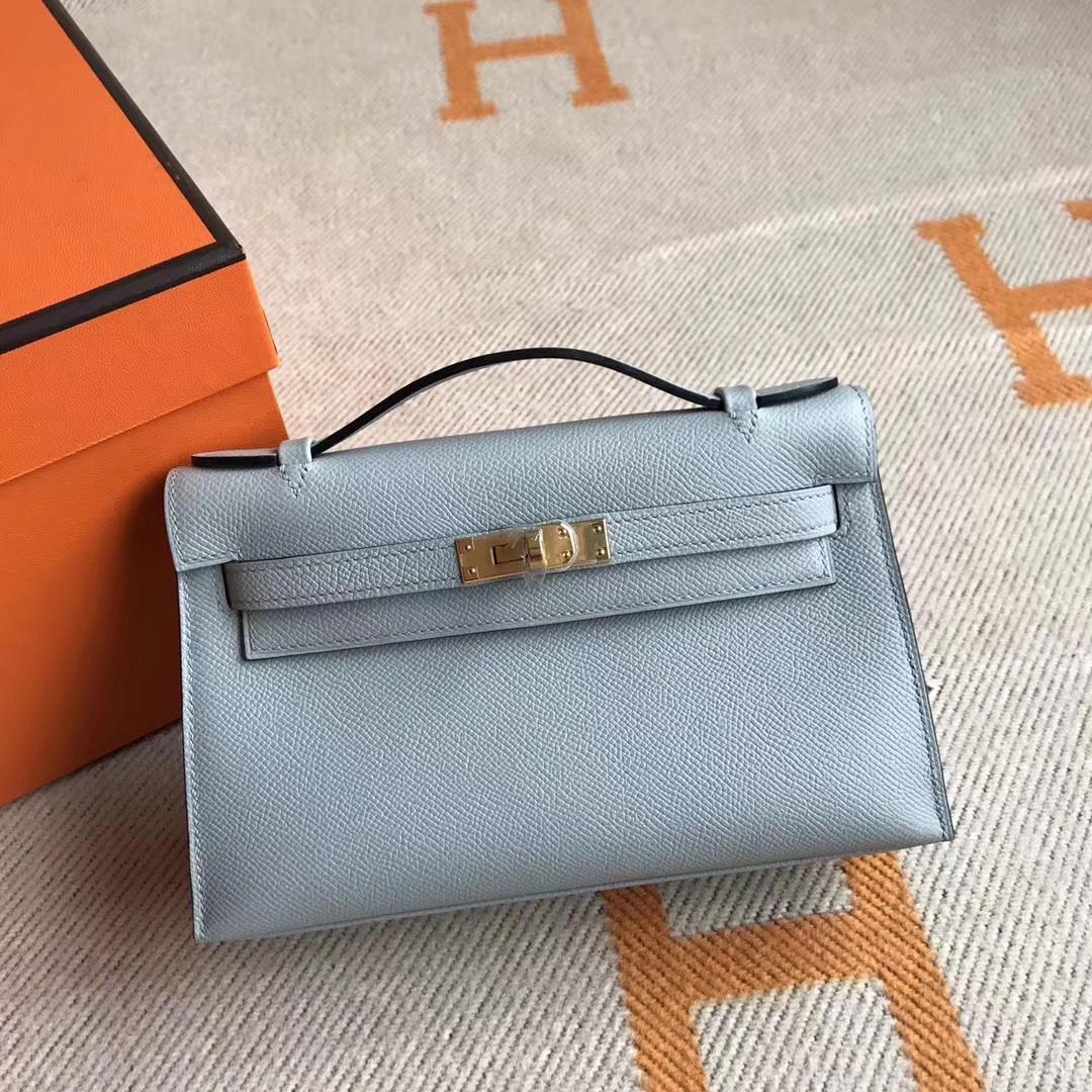 e406a4cf1259 Hermes Kelly bag凯莉包的原型是从1892年一款安装马鞍的皮包(Hautacourroies)而来的灵感。1956年因摩纳哥王妃葛丽丝凯莉喜爱使用.  爱马仕总裁RobertDumas正式将其 ...